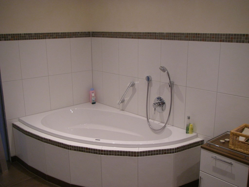 Eckbadewanne in saniertem Bad