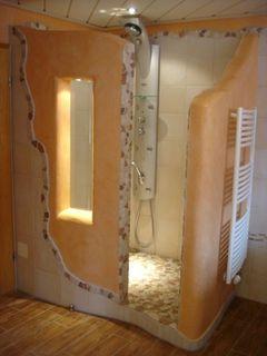Eine individuelle Dusche entsteht bei der Badsanierung