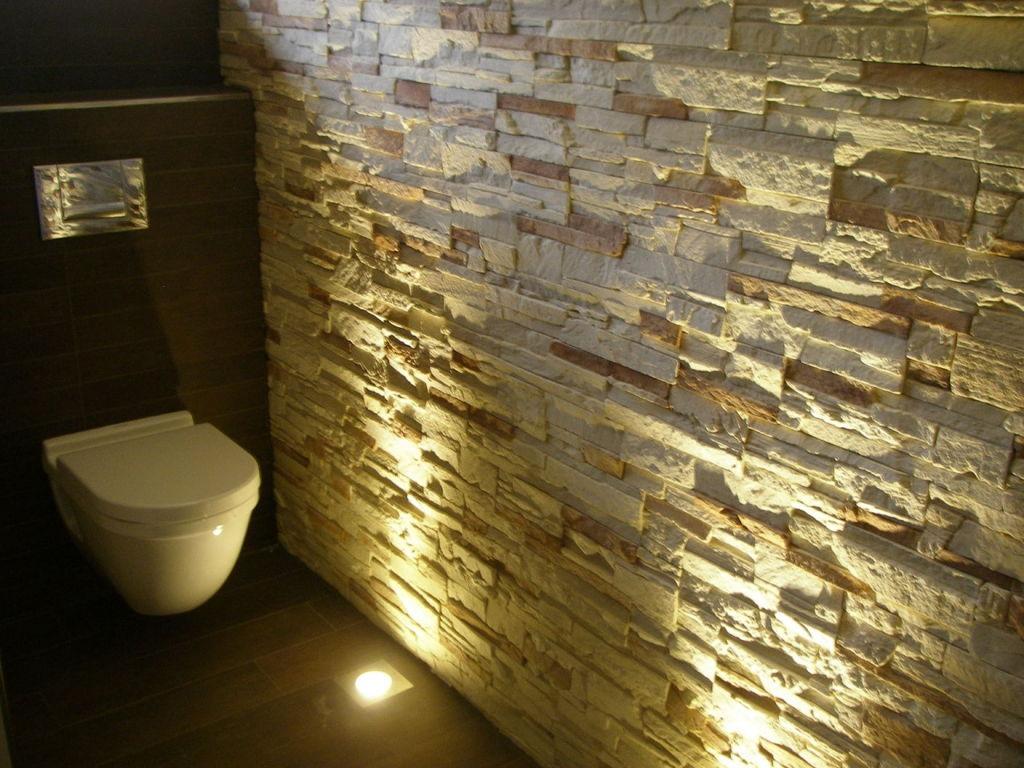 Steine an der Wand im Bad